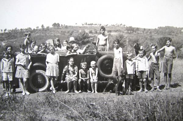 Enfants du foyer russe du Pecq partant en vacances en 1933